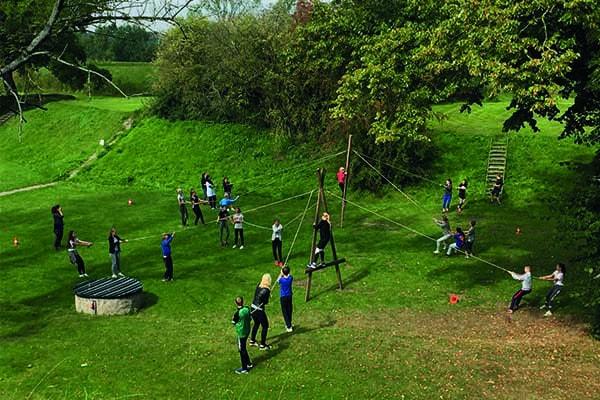 Teamspel activiteit buiten Fort Vechten